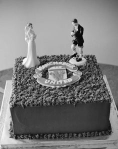 What better way to celebrate your wedding day than with a @manutd themed cake?