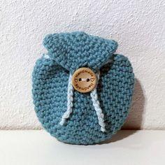 Hæklet rygsæk nøglering | 100% bomuld. Lille hæklet rygsæk, som kan sidde i dit nøglebund med stropper og knap. Opbevar evt. småmønter, nøgle, eller polet til indkøbsvogn, hundeposer og eller hunde godbidder. Kan vaskes ved 60 grader i maskinvask. Bomuld, Second Hand, Crochet Hats, Beanie, Pet Dogs, Knitting Hats, Beanies, Beret