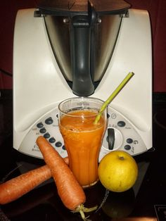 2 copos Ingredientes: 1 Maçã 1 Cenoura 15 gr açúcar 160 gr água sumo de meio limão Preparação: Retirar a cascada maçã eda ce...