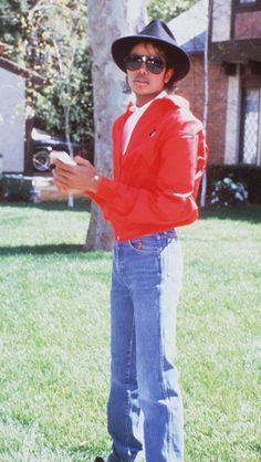 Michael Jackson ♥ at the Jacksons hayvenhurst mansion (encino, Cali)