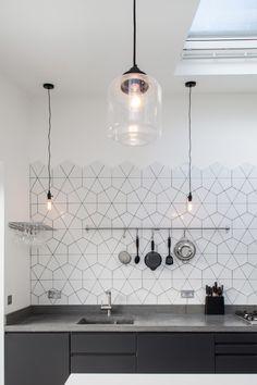 Геометрическая плитка на стене в белой кухне — lehouse