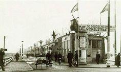 Rotterdam 1940 - Nu de stad in puin ligt, is er toch een behoefte aan winkels, vandaar deze noodwinkels