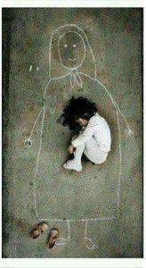 Disegna l'immagine della mamma morta a causa della guerra e ne cerca l'abbraccio - Paroladiugo.it