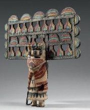 KACHINA PALIK MANA ou BUTTERFLY MAIDEN Cotton wood, pigments, coton et laine Hopi, Sud ouest des Etats-Unis Vers 1900 Ht 39 cm largeur 40 cm
