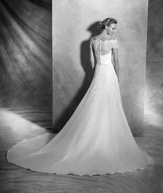 VIRTUD style: Simple silk organza wedding dress with French lace appliqués. Bodice with off-the-shoulder neckline in French lace finished with scalloped edge. Strapless neckline, for a romantic bride.