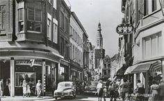 Breda de Eindstraat in 1959 met op de achtergrond de toren van de Grote kerk.