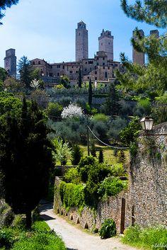 #SanGimignano, conocido por las torres de su centro histórico, en la #Toscana, #Italia http://www.florencia.travel/ciudades-para-visitar/san-gimignano/