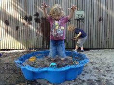 Tover de zandbak om in een modderpoel! Learning Through Play, Kids Learning, Forest School, Mud, Kids Study