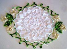 Lindo centro de mesa em crochê,  moderno e muito decorativo.  Faço com as flores na cor desejada.  Tamanho: 52x35cm mais ou menos. R$60,00