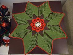 """PRONTA ENTREGA.    """"Papai Noel não acompanha o produto.""""    Centro de mesa em crochê, feito com linha Bella da Pingouin 100% algodão nas cores: Crú, Palha, Vermelho e Verde.  Uma linda Poinsétia circundada por uma charmosa Estrela, elegância e beleza em sua mesa.    Medida: 56 cm diâmetro."""