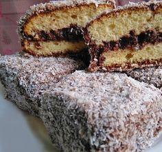 Ki ne emlékezne gyermekkorunk kedvenc menzás süteményére, a csokival leöntött piskótára... Majd később a kókuszosba forgatott változatára. Most még egy kicsit csavarunk rajta.