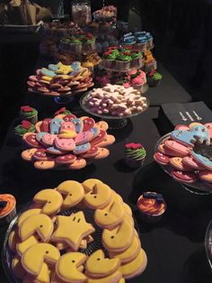 #PACMAN biscuits #TETRIS cupcakes #popcorn #nachos #miniburgers #hotdogs #sweeties #poppingcandy #chocolatelollipops The most fun catering at #GameON