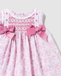 Vestido de bebé niña Dulces con smock Little Girl Outfits, Little Girl Dresses, Kids Outfits, Smocked Baby Dresses, Baby Girl Dresses, Kids Dress Wear, Smocks, Smocking Patterns, Creation Couture