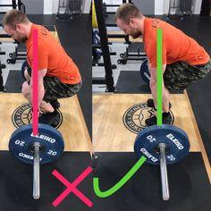Technik Check: Richtige Stangenposition beim Kreuzheben! Auf dem linken Bild sieht man einen klassischen Fehler, die Stange ist zu weit vom Mittelfuß weg, da die Knie zu weit vorne sind und der Hintern zu tief ist. Dadurch hat man kein stabiles Gleichgewicht und das Gewicht würde sich nach vorne verlagern. Auf dem rechten Bild ist der Hintern höher und weiter hinten, dadurch sind die Schienbeine gerade und die Stange ist über dem Mittelfuß. Jetzt hat man die optimale Startposition erreicht.