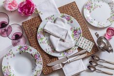 Korunujte prostřený stůl krásně složeným ubrouskem. Naučte se třeba jednoduchou ubrouskovou skládačku, která udělá hostům radost. Spolu se sadou talířů Beauty se postarají o krásnou tabuli.