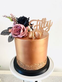 Rose gold/bronze birthday cake with macaroons and flowers. 50th Birthday Cake For Mom, Birthday Cake For Women Elegant, Fancy Birthday Cakes, Birthday Cake Roses, Cake Table Birthday, 50th Birthday Decorations, 50th Cake, Beautiful Birthday Cakes, Birthday Cakes For Women