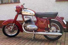 Typ silnika: 2 suw, rzędowy Prędkość maksymalna: 120 km/h Liczba cylindrów: 2 Waga: ... Vespa Vintage, Vintage Bikes, Vintage Motorcycles, Triumph Motorcycles, Cars And Motorcycles, Jawa 350, Pikachu Art, Ducati, Chopper
