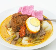 lontong sayur.. Spicy Recipes, Asian Recipes, Asian Foods, Malay Food, Indonesian Cuisine, Indonesian Recipes, Padang, Malaysian Food, Food Out
