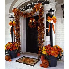 Beautiful Fall Entryway and more ideals Halloween Veranda, Halloween Porch, Fall Halloween, Scary Halloween, Thanksgiving Decorations, Halloween Decorations, Fall Decorations, Wedding Decoration, Samhain Decorations