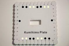 Pulseras Kumihimo: cuatro diseños para telar cuadrado | Aprender manualidades es facilisimo.com