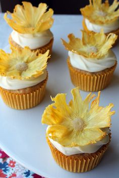 Hummingbird cupcakes with dried pineapple flowers and most importantly marshmallow frosting. Yummy Cupcakes, Cupcake Cookies, Flower Cupcakes, Pineapple Flowers, Dried Pineapple, Just Desserts, Delicious Desserts, Cupcake Recipes, Sweets