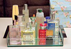 Nunca coloque os frascos de perfume no banheiro, por causa do vapor do chuveiro e da umidade natural do ambiente, que estragam o aroma. Reúna todos em uma bandeja e deixe-os expostos sobre uma mesa ou cômoda no quarto, em local que não tenha incidência direta de luz solar