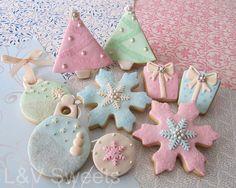 Noël pastel cookeis with royal icing decoration..so pretty. ~l'Art de la Curiosité !