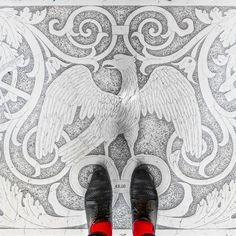 After the great Parisian Floors series, Sebastien Erras unveils a new series of pictures he made in the famous city of Venice, Italy. Based on the same thematic, we discover the city culture and charm through its floors, full of colors and patterns. You can even try to walk in the footsteps of the photographer, with a special and creative map created by Pixartprinting, to discover here.