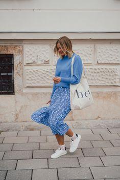blauer Midirock, blauer rock mit weißen Punkten, Punkte, blauer Pullover, weiße Sneakers, 1 Rosa Pullover, Fashion Weeks, Harem Pants, Street Style, Blazer, Spring, Outfits, Blue Trousers, Blue Sweaters