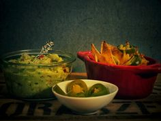 Überbackene Nachos mit Käse und Jalapenos und dazu einer leckeren Guacamole, ein toller Avocado Snack, unglaublich lecker!