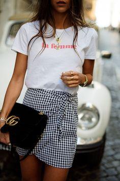 T-shirt branca com saia vichy e acessórios dourados