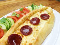 Kochvideo zum einfach nachkochen: Dieses türkische Pide ist mit reichlich Käse gefüllt und Sucuk - einer würzigen Salami - verfeinert. Es schmeckt super lecker