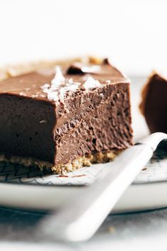 This no-bake vegan chocolate pie only requires five ingredients! Kinda like a French Silk Pie, but better for you. Vegan / Dairy Free / Gluten Free   pinchofyum.com