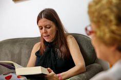 """Leitora particular. Que lindo trabalho. """"Eliana ainda tem seu sustento como tradutora, mas admite que a literatura é sua paixão - e de preferência em voz alta"""" Foto: Júlio Cordeiro / Agencia RBS"""