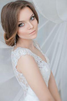 Oto kilka pomysłów na klasyczne i eleganckie uczesania ślubne dla kobiet pragnących osiągnąć efekt glamour na ślubie.
