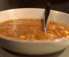 Soupe de légumes aux vermicelles et safran      1 carotte     1 courgette     1 oignon     10g huile d'olive     750g eau     1 dose de safran en poudre     1 cube et demi de bouillon de volaille     2càs coriandre surgelées     1 pincée de piment d'espelette     100g de vermicelles