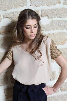 look 15  top soie beige, manches brodées main de perles et sequins or    210 €