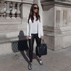 How Wear Silver Shoes Outfits Ideas Who's say silver shoes difficult to style? They can change the vibe of an entire outfit. Once you have a pair you will realise the style ,with your best outfit will crate a glamorous look. Oxford Outfit, Brogues Outfit, Metallic Oxfords, Silver Loafers, Pewter Shoes, Silver Shoes, Fashion Models, Look Fashion, Tennisschuhe Outfit