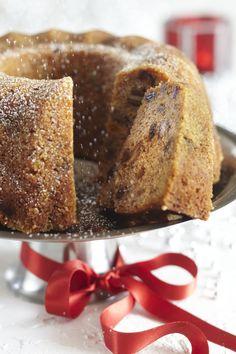 Englantilainen hedelmäkakku kannattaa tehdä hyvissä ajoin, jotta se ehtii kostua ja mehevöityä. Tämä joulukakku sopii hyvin myös lahjaksi. Food And Thought, Winter Treats, Bread Cake, Baked Donuts, Little Cakes, Christmas Baking, Coffee Cake, Bread Baking, No Bake Cake