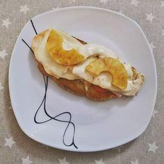 Cenita buena, torrada de pan con tomate, pechuga de pollo, queso y piña a la plancha