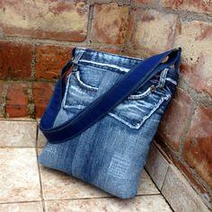 Džíska ragquilt Kabelka je ušita z krásně patinovaných džínů. Na vnějším plášti kabelky jsou použité detaily kapes a pásku s efektem otřepení. Kabelka je důkladně podlepená, dobře drží tvar, je uzavíratelná na pevný zip, Pevná džínová podšívka má 4 kapesy, z toho 2 uzavíratelné na zip. Výška 32 cm, horní šířka 32 cm. Pevné dno má rozměr 6,5 x 25 cm, ...