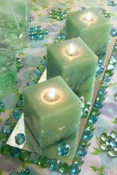 Espejo , velas y piedras preciosa una una perfecta decoración