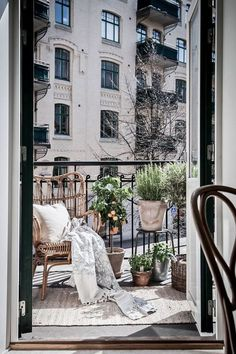 Cool 37 Unique View Design Ideas For Balcony Apartment That Make You Cozy. Transforming your balcony into useful lively space is not a very difficult task. If your balcony is connected to your […] Tiny Balcony, Balcony Plants, Balcony Ideas, Balcony Gardening, Gardening Blogs, Organic Gardening, Paris Balcony, Balcony House, French Balcony