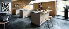 Een natuurlijke tekening in het hout vormt de basis van het robuuste en duurzame front van de Next125 keuken NX 120. In combinatie met kleur ontstaat een mooi contrast en een speelse uitstraling.