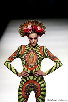 Desfile de Maya Hansen en la pasarela Madrid Fashion Week, retomando la cultura mexicana. Diseño estampado con la virgen de Guadalupe