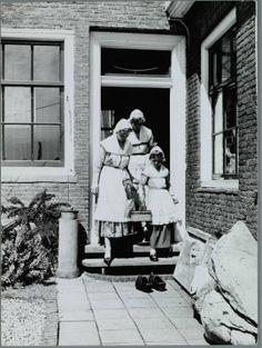 Koog aan de Zaan Oud Zaanse klederdracht.  Foto Meulen, Cees van der Wormerveer Zaans Archief #NoordHolland #Zaanstreek