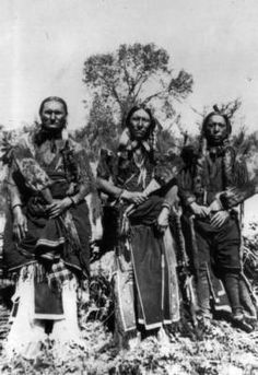 Summary Outdoor view of three Native American men: Charles Ohetant (Kiowa) Quanah Parker and Ahko Watchymamsookwat (Comanche) Native American Photos, Native American Tribes, Native American History, American Indians, Indiana, Omaha Beach, Rose Croix, The Spanish American War, Native Indian