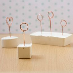 Step by step tutorial to make these note or place card holders using copper wire and plaster of paris!