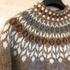 Bilderesultater for islandsgenser Mens Knit Sweater, Knitted Baby Cardigan, Knitted Hats, Fair Isle Knitting Patterns, Crochet Patterns, Icelandic Sweaters, Cross Stitch Bird, Yarn Crafts, Pulls