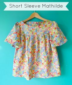 Want to make a Summer-worthy Mathilde blouse ? Changing the sleeves to short, floaty ones without cuffs is sooo easy! Here's how to do ...